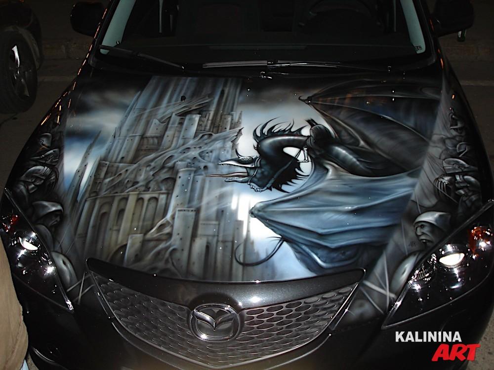 Рисунок на капоте Mazda - дракон